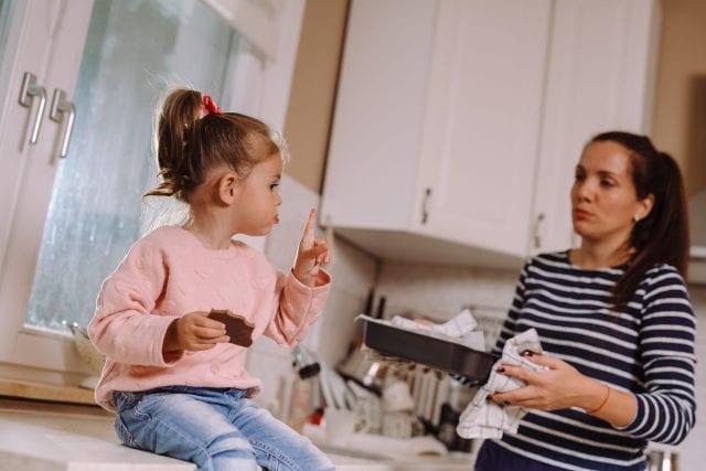 """Dr. Simona Tivadar: """"Copiii nu mănâncă două ciocolate pe zi pentru că a plouat cu ciocolată într-un loc în care ei trăiau de capul lor, ci pentru că au niște părinți iresponsabili care le cumpără două ciocolate pe zi"""""""