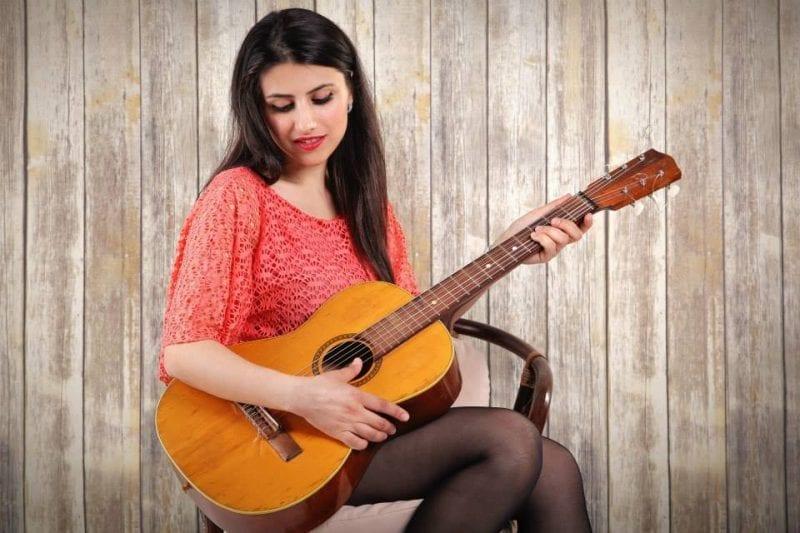 Lavinia Chițu, tânăra de 27 de ani, singura interpretă de muzică în limbajul semnelor