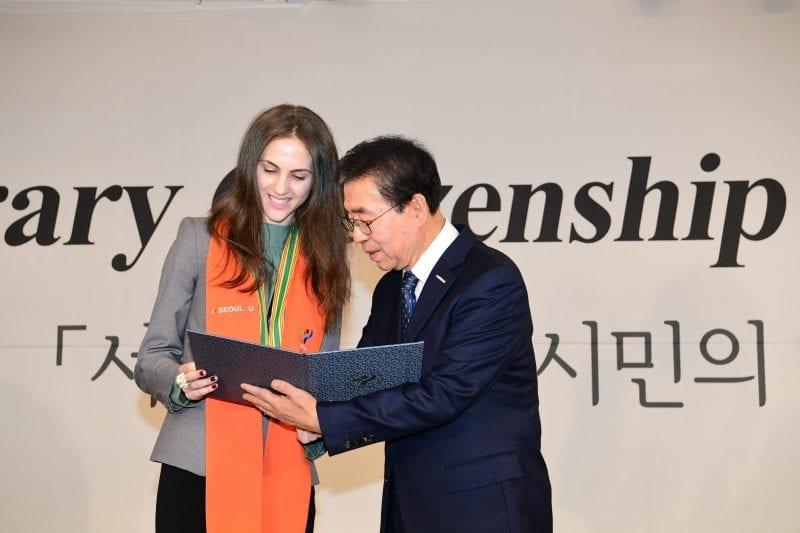 Silvia Pencu, studenta româncă de 24 de ani, prezentatoare TV în Coreea, cetățean de onoare în Seoul