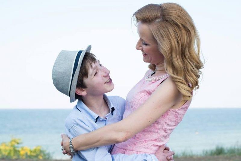 Povestea Adelinei, fata care aduce iubirea copiilor abandonați în spitale. Cum a ajuns să înfieze doi băieți cărora nu le mai dădea nimeni nici o șansă?