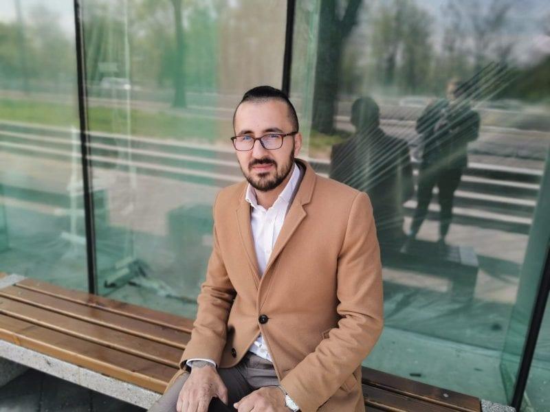 Alex Bobes, tânărul IT-ist care de cinci ani face taximetrie gratis pentru oamenii în suferință