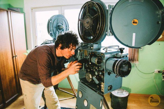 Cinemobilul, caravana care aduce cinematograful în toate satele din România. Povestea lui Tudor Baciu, tânărul care și-a dorit să adune oamenii împreună și să-i bucure cu filme