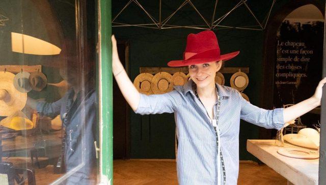 Cum faci un business din pasiunea oamenilor pentru pălării? Și cum după 20 de ani de presă dai frâu liber visului tău și pășești în atelier? Cosmina Nicolescu și povestea Fandacsia