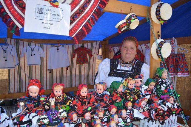 """Cine este """"Mama păpușilor""""? Cum a ajuns Ana Mare să trimită păpuși oșenești în toată lumea? Și ce i-au răspuns soții Obama când au primit surprizele românești"""