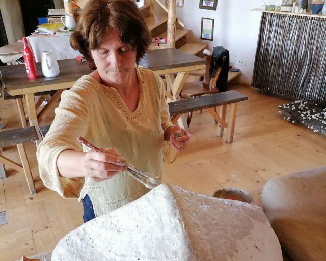 Ionela Mihuleac, singura artistă româncă ce promovează în lumea întreagă cultura Cucuteni. Povestea mâinilor dibace  ce rescriu istoria unui loc plin de cultură și tradiții, dar și a femeii care a lăsat totul din pasiune pentru artă