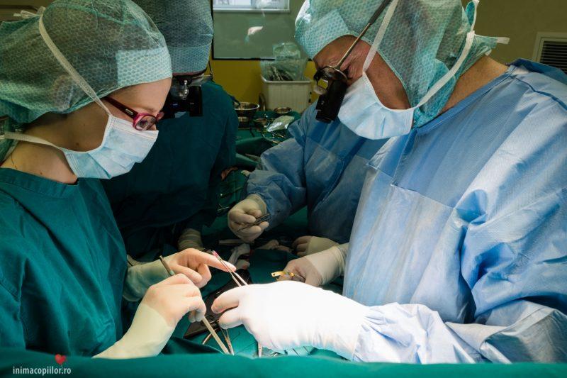 Dr. Tammam Youssef în mijlocul unei operații complicate