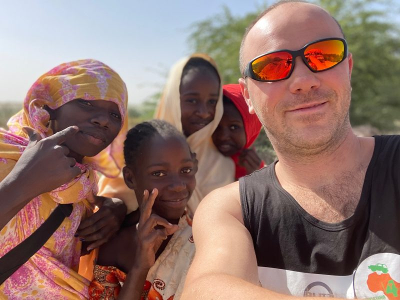 Cătălin Priscorniță și copiii din Africa