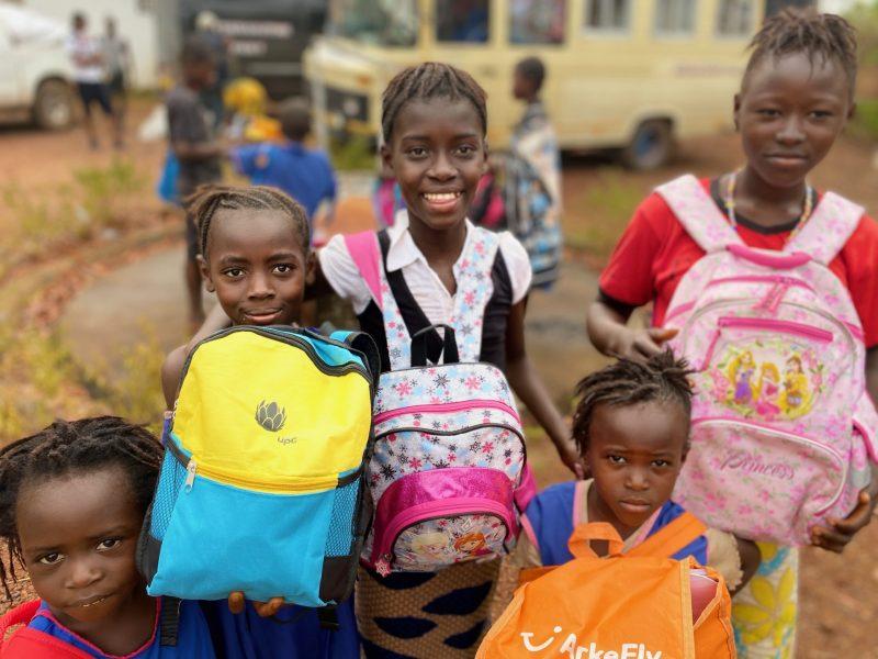 Copiii din Sierra Leone, fericiți că au primit ghiozdane