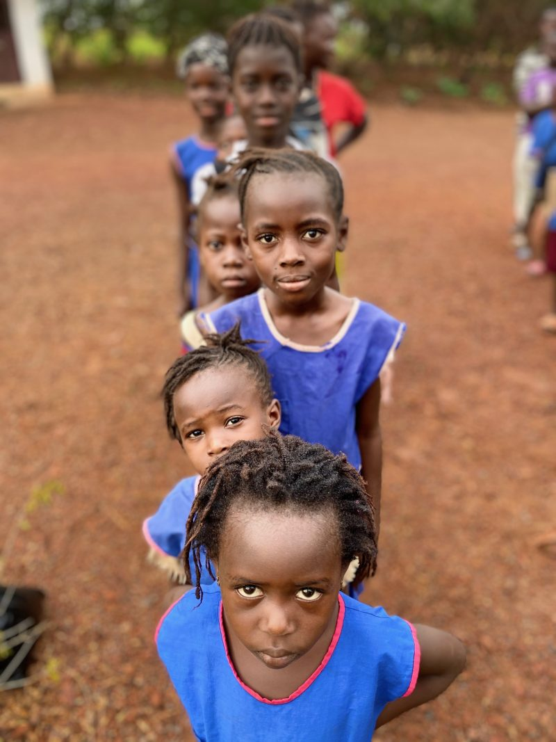 Copiii stau la rând pentru ghiozdane
