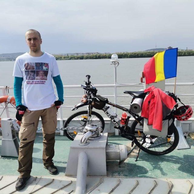 Alexandru Ungureanu, un tată ce și-a pierdut singurul copil și care acum pedalează 3 mii de kilometri în țară pentru a strânge bani în sprijinul spitalelor din România