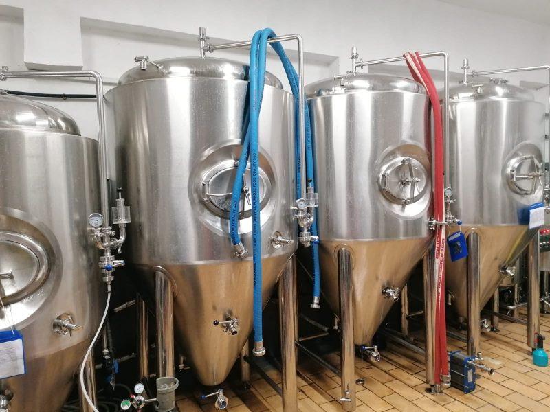 Dozatoarele de bere unde se produce fermentația.