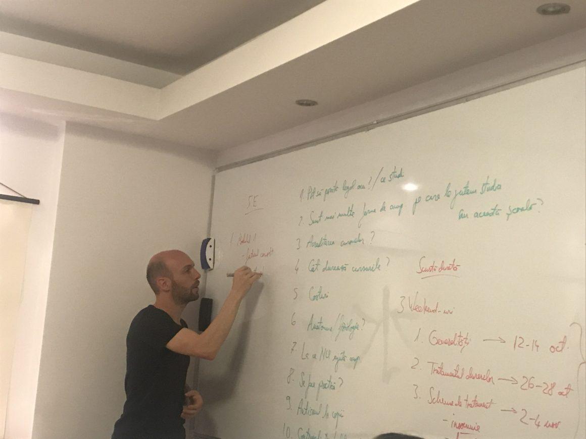Octavian Sbârnă povestind studenților săi despre structura cursurilor pe care le predă