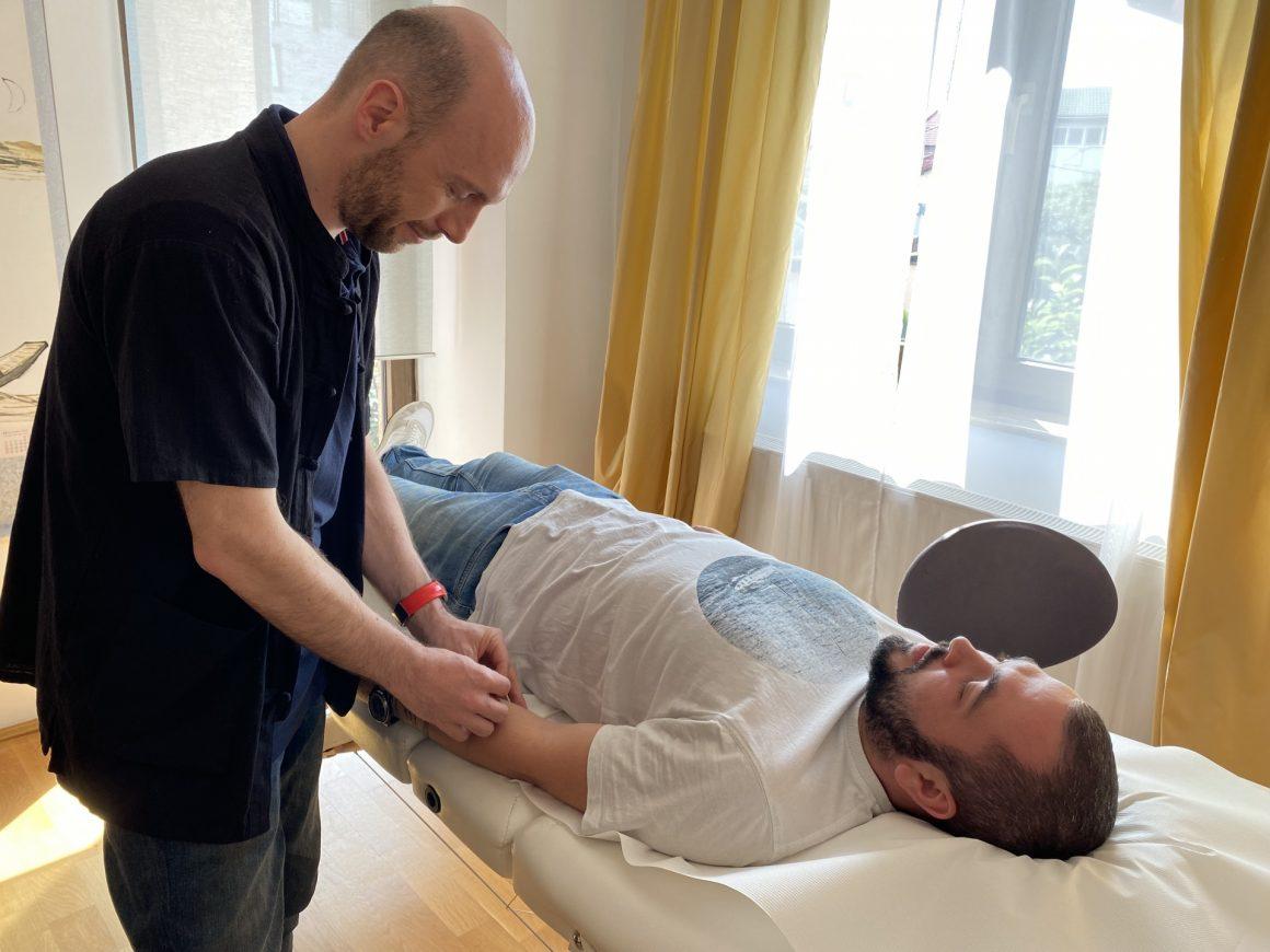 Octavian Sbârnă - la lucru în cabinet, în timpul unui tratament prin acupunctură