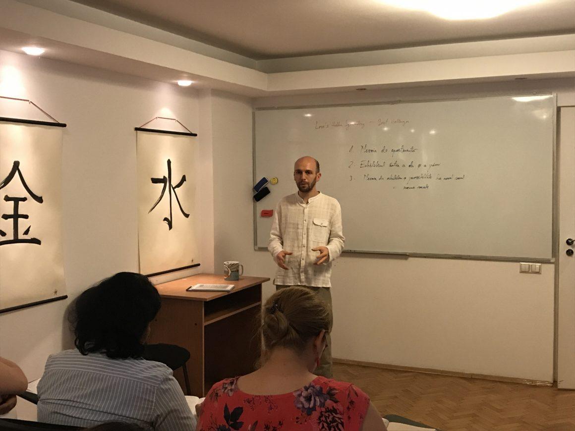 Octavian Sbârnă prezentând un workshop de acupunctură