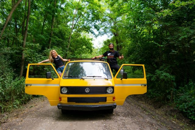 Și-au cumpărat o veche dubiță Volkswagen T3 pe care au numit-o Eni. Și-au dat demisiile și au plecat să exploreze lumea. Ce înseamnă vanlife pentru Dorina și Ionuț