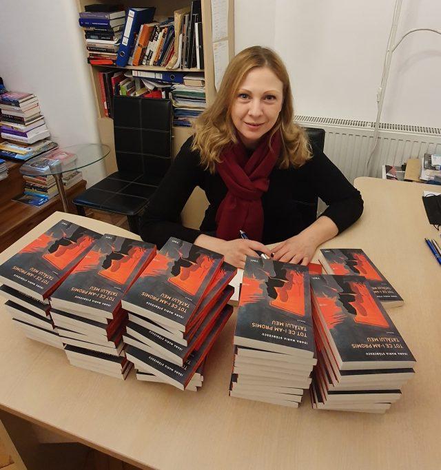 """Ioana Stăncescu, scriitoarea care a răscolit o lume întreagă cu cartea sa de debut, de la București până la Paris și mai departe. Și povestea unei copilării fericite într-o """"boemă"""" a celebrităților vremii"""