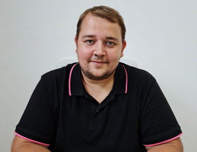 """Bogdan Berko, stomatologul care tratează gratuit toți copiii din oraș: """"Eu nu pot face un triaj și să spun cine merită să beneficieze de tratament gratuit sau nu. Copilul tot copil rămâne"""""""