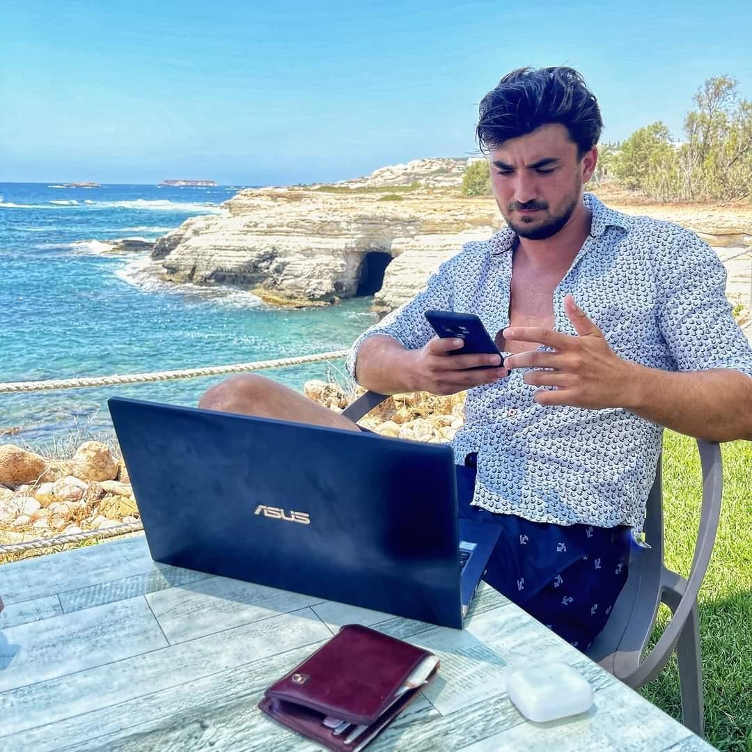 Codrin Roman la birou pe plajă