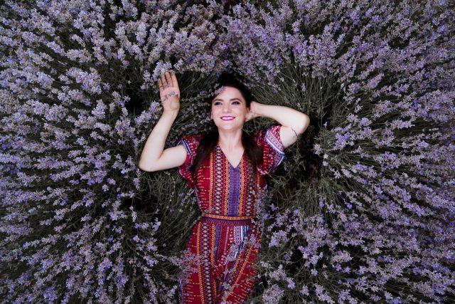 Flori Vioreanu, tânăra care a renunțat la zeci de ani de studii și pregătire pentru a se întoarce la sapă. Sau cum visul unui lan de lavandă s-a transformat într-un business de suflet